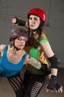 vrouwelijke roller derby skaters foto