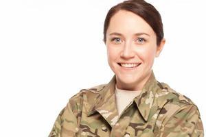 lachende vrouwelijke leger soldaat.