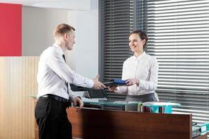 vrouwelijke receptioniste en zakenman foto