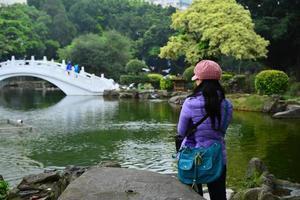 vrouwelijke toerist bij de vijver foto