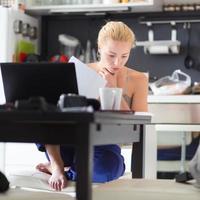 vrouwelijke freelancer werkt vanuit huis.