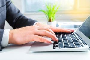 vrouw. vrouwelijke handen op toetsenbord foto