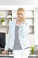 professionele vrouw met mobiele telefoon foto