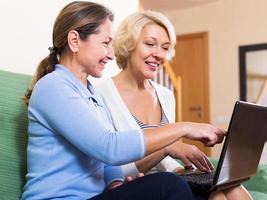 gelukkig oudere vrouw browsen web foto