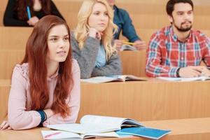 vrouwelijke student glimlacht tijdens het college foto