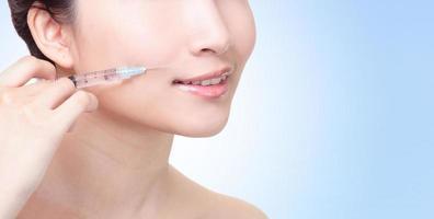 cosmetische injectie in de vrouwelijke lippen foto