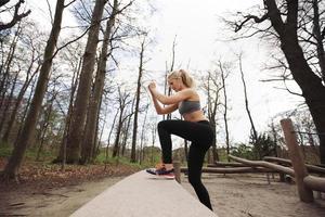 vrouwelijke atleet uit te werken in de natuur foto