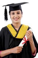 gelukkig jonge vrouwelijke student met diploma foto