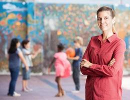vrouwelijke leraar met haar basisschoolkinderen foto