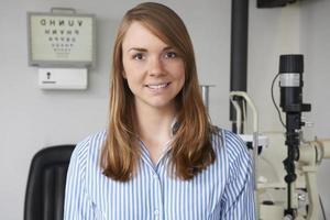 portret van vrouwelijke opticien in optometristen foto