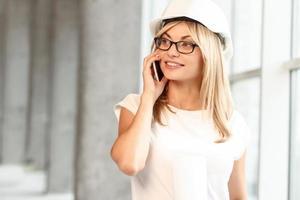 mooie vrouwelijke architect praten over de telefoon foto