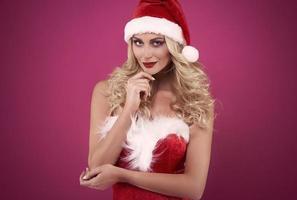 charmante vrouwelijke st. claus met rode lippen foto