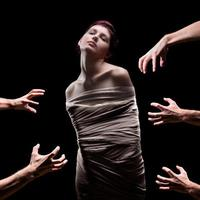 handen over een vrouw gewikkeld te grijpen foto