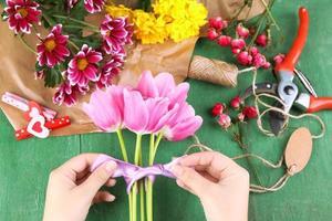 vrouwelijke handen die mooi boeket, close-up samenstellen foto
