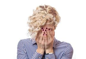vrouw bedekt eigen gezicht met hun handen