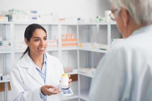 vrouwelijke apotheker met een medicijndoos foto