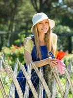 vrouwelijke bloemist in de tuin foto