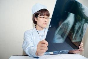 vrouwelijke artsen bij de röntgenfoto foto