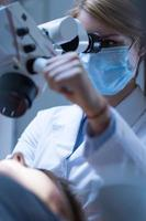 vrouwelijke tandheelkunde op de werkplek foto