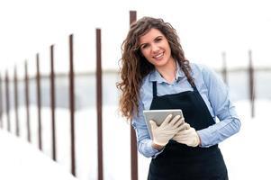 vrouwelijke onderzoekertechnicus die met een tablet bestudeert