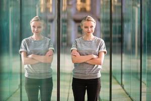 jonge zakenvrouw in moderne glazen interieur foto