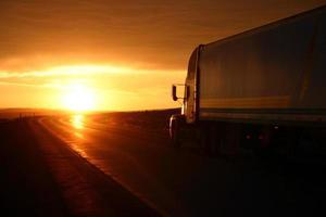 vrachtwagen bij zonsondergang foto