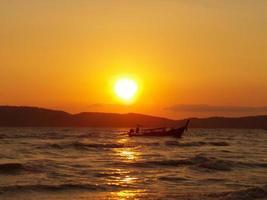 strand als zonsondergang foto