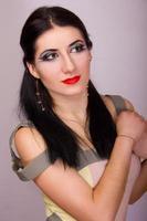 portret van mooie jonge brunette vrouw in studio
