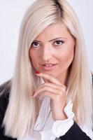 portret van casual geklede blonde vrouw foto