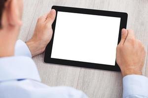 zakenman die digitale tablet gebruiken bij bureau foto