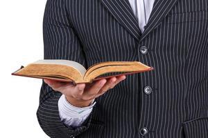 zakenman die oud boek leest foto