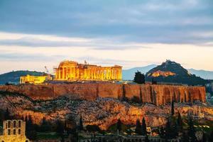 acropolis in de avond na zonsondergang foto