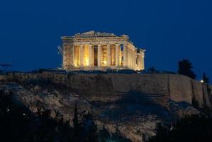 uitzicht op de Akropolis en het Parthenon bij nacht foto