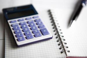 werk aan de rekenmachine en papieren foto