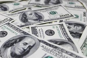 geld stapel $ 100 dollarbiljetten foto