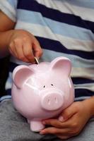 jongen geld te besparen foto