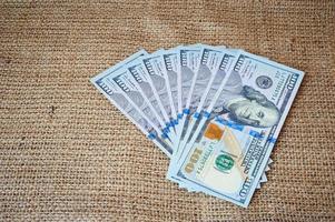 dollars op een juteachtergrond foto