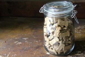 glazen pot met hondenkoekjes foto