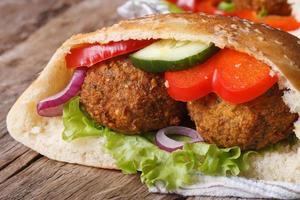 falafel met verse groenten in pitabrood close-up foto