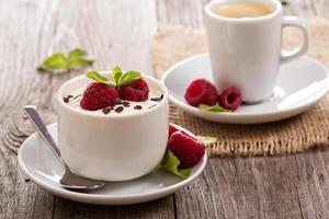 crème dessert met frambozen foto