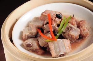gestoomde varkensribbetjes met zwarte bonen foto