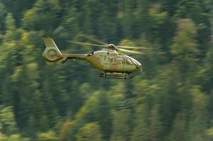 helikopter in de lucht, Alpen, Zwitserland foto