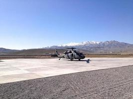 blackhawk helikopter bij afghaans leger 203 corps helipad, gardez, afghanistan foto