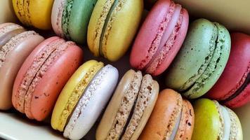 kleurrijke macarons in een doos. foto