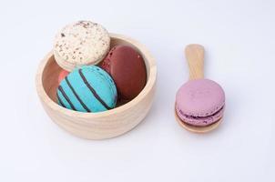 kleurrijke macarons die op wit worden geïsoleerd foto