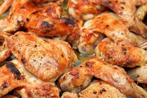gegrilde pittige kippenvleugels close-up foto