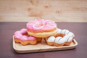 donut op houten tafel. foto