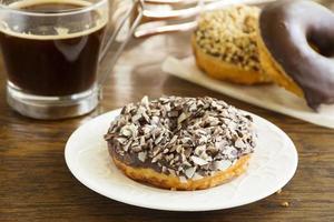 donuts met chocoladeglazuur. foto