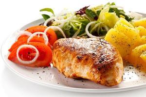 biefstuk, gekookte aardappelen en groenten foto