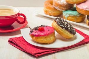 donuts op een bord en koffie foto